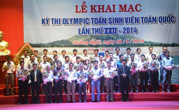 Ban tổ chức tặng hoa cho các đoàn tham gia kỳ thi